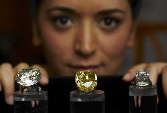 Vàng là màu kim cương được yêu thích thứ hai. Chúng thường được quảng cáo bằng cái tên mỹ miều - màu hoàng yến, dù đây không phải một thuận ngữ để đánh giá kim cương một cách phù hợp.