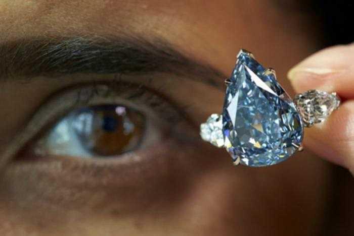 Kim cương xanh da trời thực sự quý hiếm. Tại các buổi đấu giá, chúng thường được mua với mức giá kỷ lục, hàng triệu USD.
