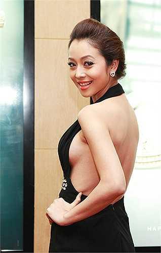 Quá tích cực khi diện trang phục khoét sâu, phô diễn vòng 1 lặp lại quá nhiều lần trên sóng truyền hình, Jennifer Phạm khiến nhiều khán giả phải lắc đầu ngao ngán.