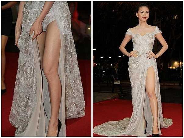Trong lần xuất hiện ở Đêm hội chân dài 7, Ngô Thanh Vân trở thành tâm điểm chú ý khi mặc chiếc váy dạ hội xẻ đùi cao vô cùng sexy. Cô không ngờ rằng, chiếc váy sexy này lại suýt 'phản chủ', khiến cô có một phen đỏ mặt.