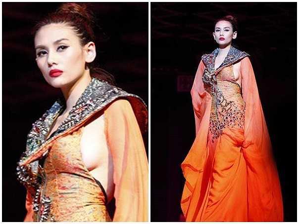 Trên sân khấu thời trang, Hoàng Yến diện bộ váy dạ hội được thiết kế cầu kỳ. Phần trước kín đáo nhưng những đường cắt táo bạo ở phần nách để lộ khoảng hở nhạy cảm. Sự cố hớ hênh này khiến cô phải nhận mức phạt 3,5 triệu đồng.