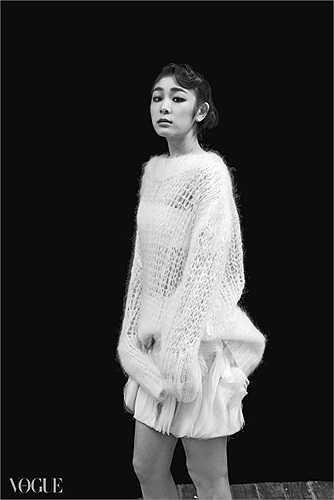 Kim Yu Na hóa thân thành một thiếu nữ của những năm 1920 với vẻ đẹp lạnh lùng, ma mị.
