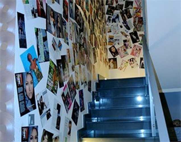 Nói về căn biệt thự của mình, Phi Thanh Vân coi đó là không gian đầy ắp kỷ niệm. Trong ảnh là cầu thang được trang trí bằng những bài báo viết về chính cô.