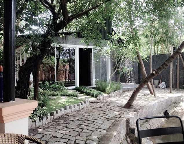 Lối đi râm mát với nhiều cây xanh trong khu nhà vườn.