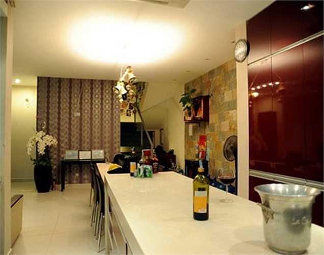Tổng diện tích của biệt thự khoảng 400 m2 với phong cách thiết kế hiện đại, nội thất tiện nghi.