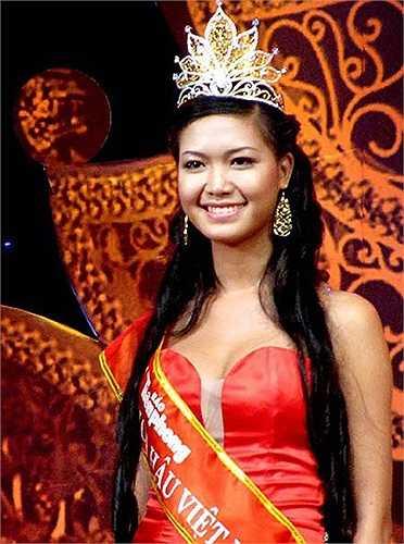 Chưa kịp hưởng thành quả từ vương miện Hoa hậu Việt Nam (HHVN) năm 2008, Thùy Dung đã vướng vào sự cố chưa tốt nghiệp THPT, vi phạm quy chế của ban tổ chức cuộc thi và nghi án học bạ giả.
