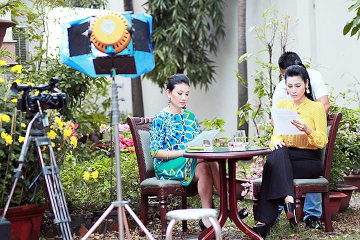 Trong chương trình talk show chia sẻ về bí quyết làm đẹp,  người đẹp gốc Hà Thành đã bật mí với đàn chị Mỹ Uyên cách uống chanh tươi mỗi ngày để làm đẹp.