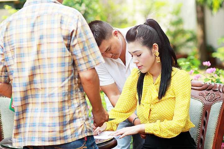Những bí quyết của Đinh Phương Ánh đã khiến mọi người tại trường quay cũng như diễn viên Kim Xuân rất bất ngờ về cách giảm cân đơn giản này. Đối với người đẹp đôi khi không cần phải thẩm mỹ hay đổ tiền vào mỹ phẩm mà tận dụng những vật liệu thiên nhiên cũng có thể giúp bản thân đẹp lên rất nhiều.