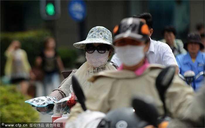 Dưới ánh nắng mặt trời gay gắt, nhiều người dân tại thành phố này thường bịt kín người mỗi khi ra đường vào ban trưa.