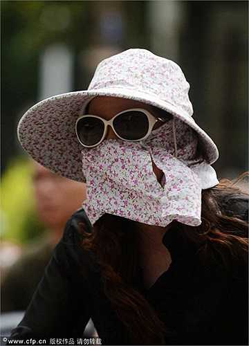 Cũng tương tự như nhiều quốc gia ở Đông Nam Á, những phụ nữ Trung Quốc thường chọn cách chống nắng theo kiểu 'ninja' khi ra đường vào buổi trưa.