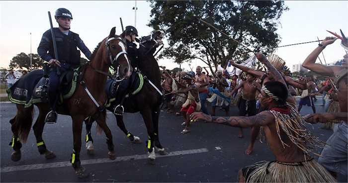 Các thổ dân bao vây cảnh sát với cung tên và lao
