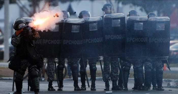 Lực lượng cảnh sát buộc phải sử dụng hơi cay để giải tán đám người quá khích