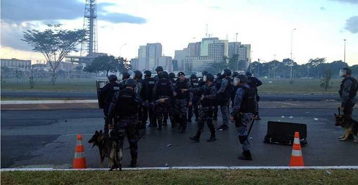 Cảnh sát Brazil hôm 27/5 phải đối mặt với một số phần tử manh động.