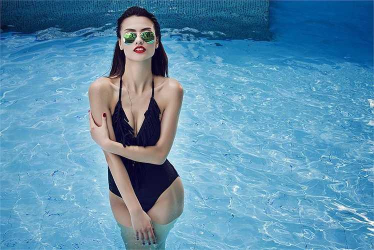 Hồng Quế tạo dáng dưới bể bơi, trong những thiết kế bikini mới nhất, khoe trọn vẻ gợi cảm và những đường cong đắt giá.