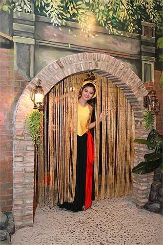 Vũ Thu Phương mặc yếm đào lả lơi ngay tại nhà hàng ẩm thực mới của mình.