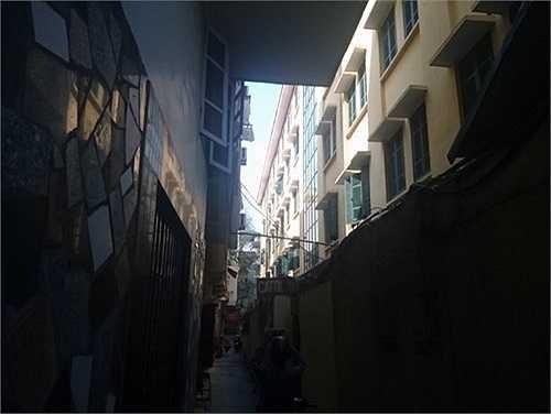 Tại Trường THPT Đống Đa, hầu hết toàn bộ phía sau phòng thi khoảng cách giữa cửa sổ và nhà dân khoảng 3m.
