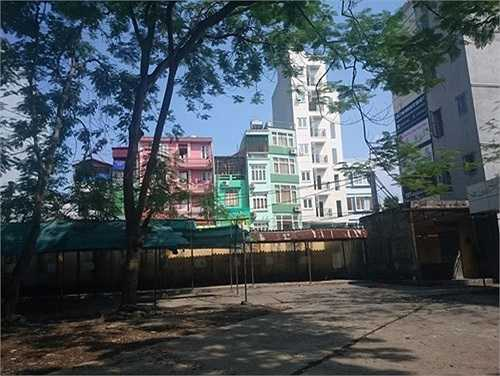 Tại Trường THPT Lê Quý Đôn, toàn bộ khu vực phía tường rào đều thấp và nằm sát với một số nhà dân.