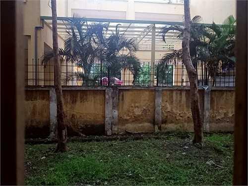 Đây là hình ảnh nhìn từ phòng thi của Trường THPT Nhân Chính, phía qua tường rào là Trung tâm dạy nghề. Để đảm bảo an ninh kỳ thi nhà trường đã ký cam kết phối hợp với Trung tâm dạy nghề.