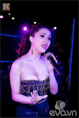 Hương Giang Idol diện những trang phục khoe vòng một táo bạo, sexy 'bỏng mắt'. Cô đang theo đuổi hình tượng gợi cảm trên sân khấu.