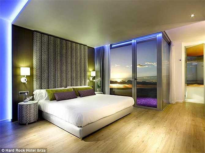 Còn đây là phòng Bạch kim của khách sạn, với ban công hướng ra phía biển, tạo nên tầm nhìn phóng khoáng và rất lãng mạn.