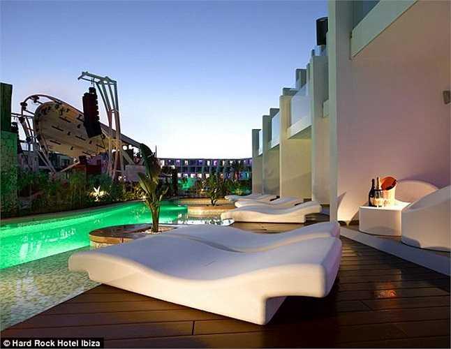 Giá cho mỗi đêm nghỉ lại tại khách sạn 5 này trung bình là 1.400 bảng (gần 50 triệu đồng). Hard Rock có tổng cộng 493 phòng.