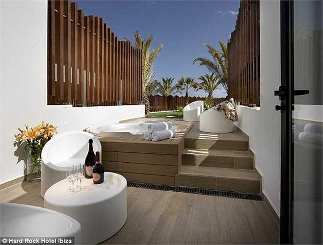 Những không gian thư giãn bên ngoài phòng chính cũng được thiết kế rất nhã nhặn, tạo cảm giác vô cùng thoải mái cho khách.