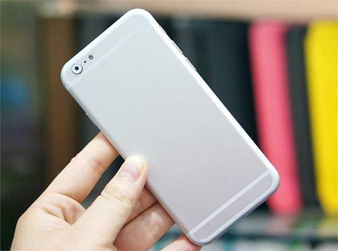 Trên thực tế, vỏ sau của máy có màu bạc sapphire, giống với iPhone 5S hơn là màu trắng của iPhone 5.