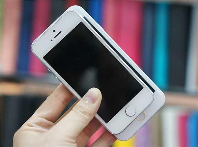 Mô hình iPhone 6 so dáng với iPhone 5S màu trắng. Có thể thấy, kích thước của mẫu máy mới lớn hơn khá nhiều.