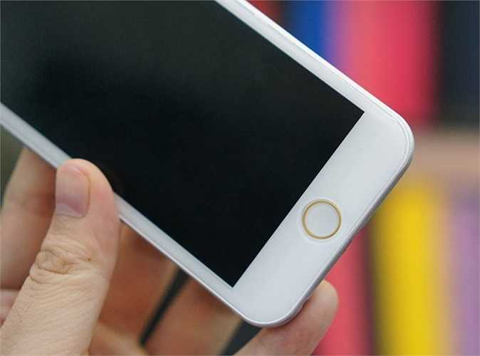 Mặt trước với màn hình 4,7 inch, phím Home mô phỏng cảm biến nhận diện vân tay Touch ID. Các phần thừa mặt trước của mô hình iPhone 6 khá nhiều, khác xa một số sản phẩm Android gần đây.