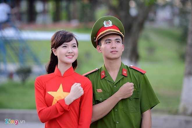 Trung Hiếu và Mai Thương trong hình ảnh chạm tay lên tim, hướng về Tổ quốc.