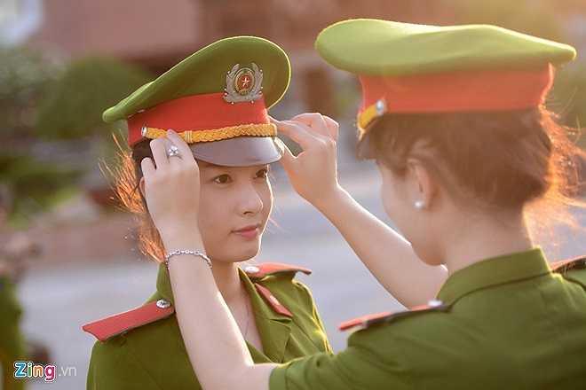 Vũ Việt Trinh và Lại Kiều Anh đang chỉnh mũ cho nhau.