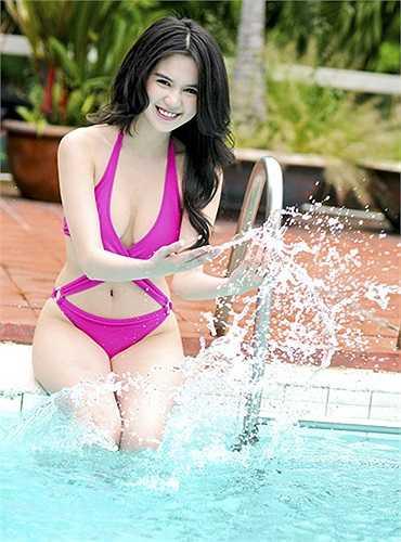 Ngọc Trinh nổi tiếng bằng con đường chụp ảnh nội y, nên người đẹp thường xuyên thực hiện những bộ hình khoe thân nóng bỏng.