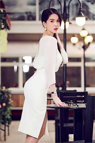 Lần này, chân dài xinh đẹp giới thiệu bộ sưu tập mới, có tông màu trắng làm chủ đạo. Các thiết kế đa phần được tạo kiểu ôm trọn vóc dáng, gợi đường cong hoàn hảo của người mặc.