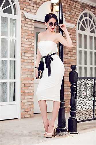 Mỗi đợt cho ra mắt bộ sưu tập, cô chủ Ngọc Trinh còn chú trọng đến những thiết kế dự tiệc theo mùa nhất định. Tại thời điểm mùa hè, bà chủ shop thời trang mang đến dáng váy ôm vừa phải, có điểm nhấn thắt nơ tông màu đối lập trắng-đen.