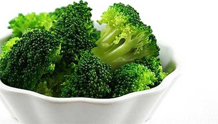 Bông cải xanh chứa một loại đường được gọi là raffinose mà cơ thể chúng ta không thể tiêu hóa được. Khi đi đến ruột, vi khuẩn sẽ lên men đường và thải ra khí metan có mùi khó chịu. Và mùi này có thể cản trở 'chuyện ấy' của bạn.