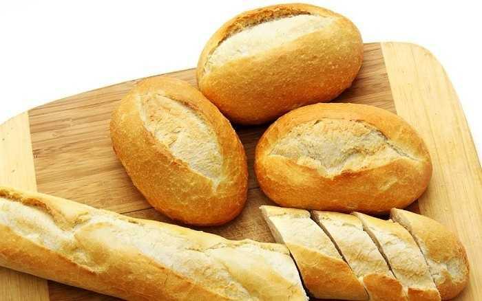 """Bánh mì làm từ ngũ cốc thô, mặc dù tốt cho sức khỏe nhưng lại hay dính răng và gây hôi miệng, khó tiêu hóa lượng chất xơ dồi dào trong bánh mì. Bạn không nên ăn bánh mì trước lúc """"yêu"""" để cơ thể nhanh nhẹn và chuyển động linh hoạt hơn."""