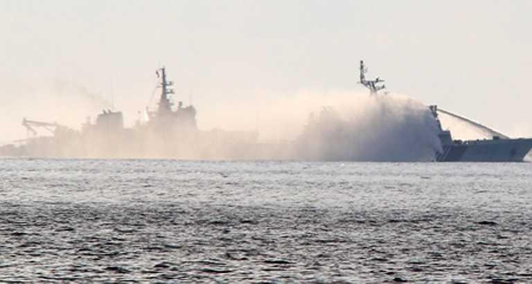 PV Hoàng Sang của Vietnamnet từ tàu cảnh sát biển 8003 ở điểm nóng Hoàng Sa gửi về hình ảnh rõ nét nhất vụ tàu TQ dùng vòi rồng tấn công tàu kiểm ngư Việt Nam. Ảnh: VNN