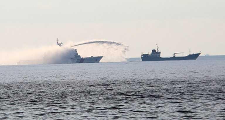 Sáng 28/5, trong lúc tàu kiểm ngư của Việt Nam số hiệu KN635 đang làm nhiệm vụ trong khu vực TQ đặt giàn khoan trái phép thì đã bị 3 tàu hải giám bao vây và xịt vòi rồng. Ảnh: VNN