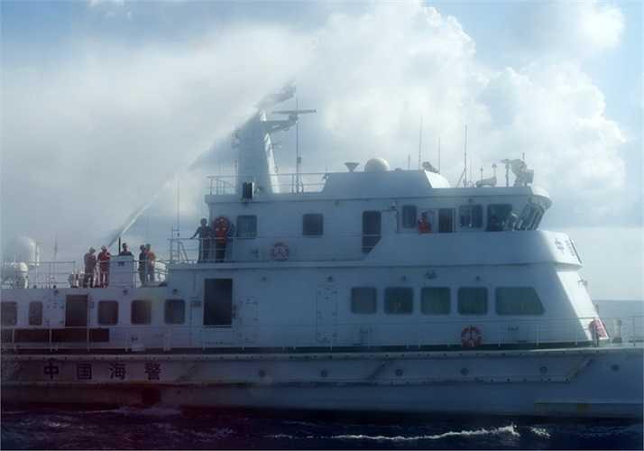 Trung Quốc bố trí 4 lớp tàu hộ vệ, uy hiếp các tàu Việt Nam theo thế gọng kìm, ngăn cản từ bán kính 10 hải lý quanh giàn khoan. Các tàu Việt Nam kiên quyết tiến sâu, phía Trung Quốc phun vòi rồng tấn công. Ảnh: VNE