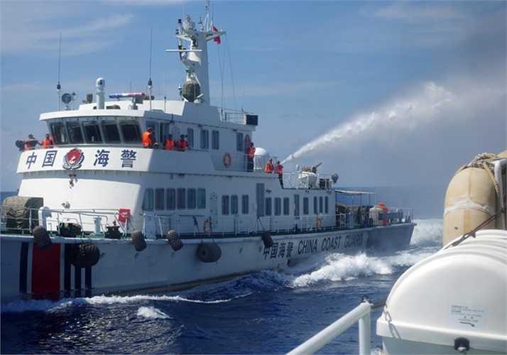 Các vòi rồng thường 'quét' dọc tàu kiểm ngư, hoặc phun xối xả vào cabin, ống khói, hệ thống thông tin liên lạc... Ảnh: VNE