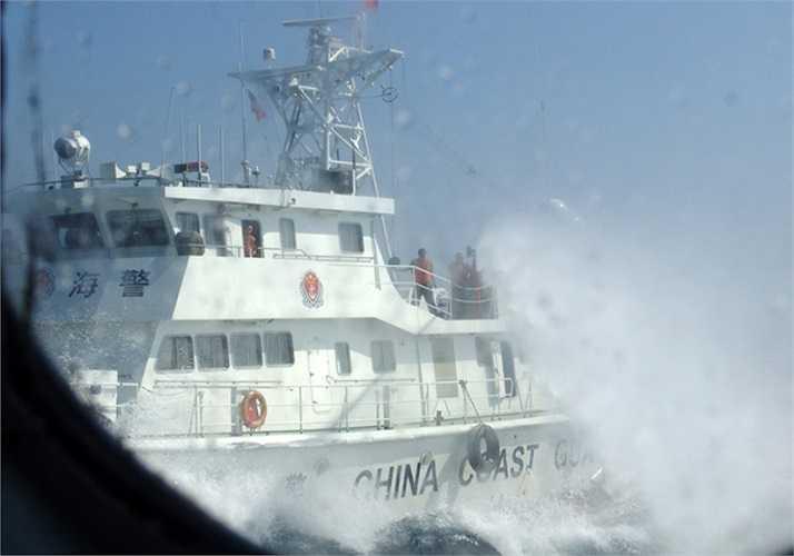 Sáng 12/5, tàu kiểm ngư Việt Nam số hiệu 763 bất ngờ bị tàu Trung Quốc tấn công. Trước khi phun nước, phía Trung Quốc ngang ngược phát loa đe dọa với nội dung yêu cầu tàu Việt Nam rút khỏi khu vực biển Trung Quốc đang khai thác, nếu không sẽ bị bắt giữ. Ảnh: VNE