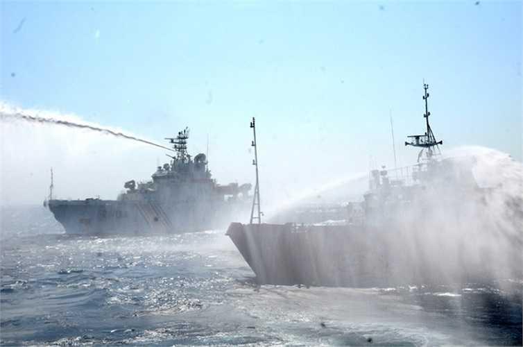 Có thời điểm, hai tàu Trung Quốc cùng áp sát, mở vòi rồng tấn công tàu kiểm ngư Việt Nam. Ảnh: VNE