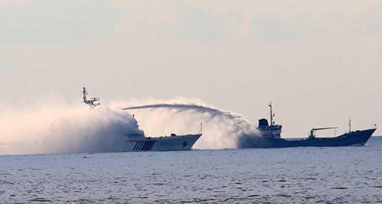 Sau đó, tàu hải giám của TQ mang số hiệu 22 đã phun vòi rồng vào tàu kiểm ngư Việt Nam bằng cả 2 hướng trước và sau mũi tàu. Ảnh: VNN