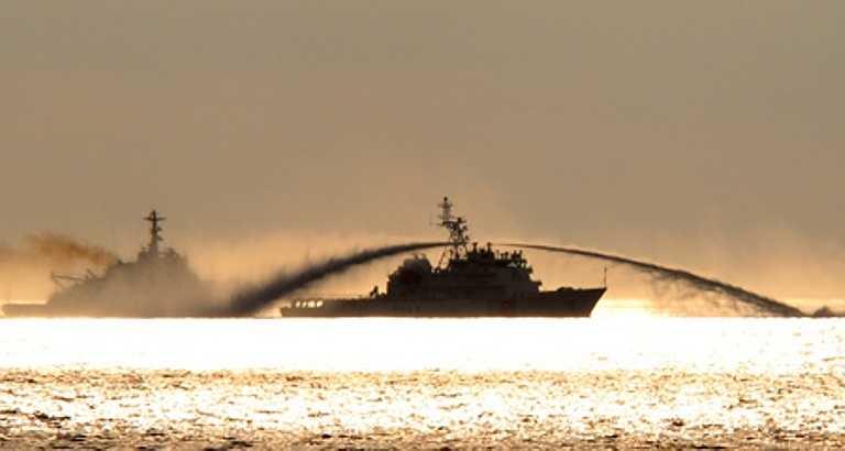 Khoảng 15 phút sau, tàu kiểm ngư của ta mới thoát khỏi cuộc tấn công này. Ảnh: VNN