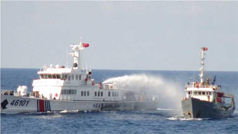 7h30 sáng 12/5, tàu Việt Nam sau khi bị tấn công đã có những đáp trả đối với các tàu Trung Quốc. Tàu Việt Nam đã thực hiện đầy đủ các quyền chấp pháp đối với các tàu Trung quốc sau đó mới diễn ra cuộc đấu vòi rồng và súng bắn nước trong thời gian hơn một giờ. Ảnh: TTO
