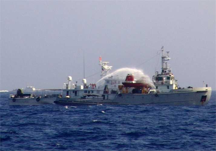 Mỗi khi tàu chấp pháp Việt Nam tiến sát vào khu vực giàn khoan khoảng 4-5 hải lý đều bị các tàu phía Trung Quốc áp sát, tấn công bằng vòi rồng. Ảnh: VNE
