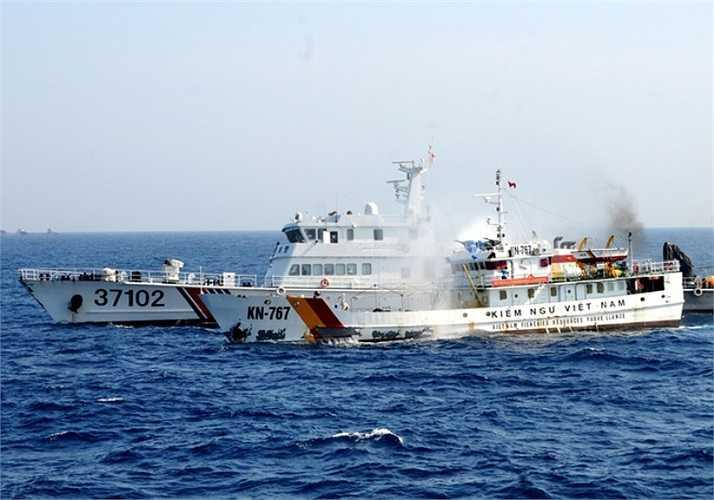 Tàu kiểm ngư 767 bị tàu hải cảnh Trung Quốc áp sát mạn, phun vòi rồng. Có thời điểm, tàu kiểm ngư này bị 3 tàu Trung Quốc bao vây, uy hiếp. Ảnh: VNE