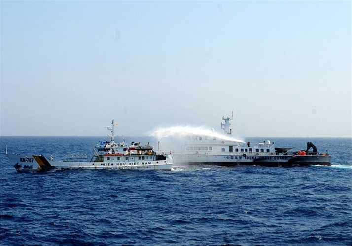 Mỗi khi tiến sát tàu Trung Quốc, phía tàu chấp pháp Việt Nam nhận lệnh đóng kín các cửa để giảm bớt lượng nước từ vòi rồng phun vào. Vòi rồng của Trung Quốc có áp lực mạnh, có thể phun xa trên 150 m, gây hư hại cho tàu Việt Nam. Ảnh: VNE