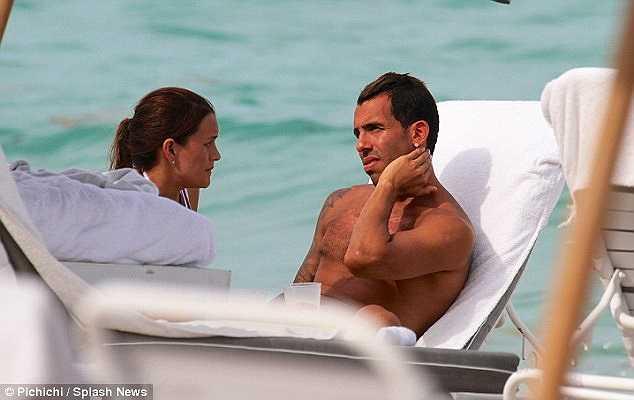 Carlos Tevez cùng cô vợ Vanessa cũng đã chọn cách đi biển để thư giãn trong kì nghỉ hè