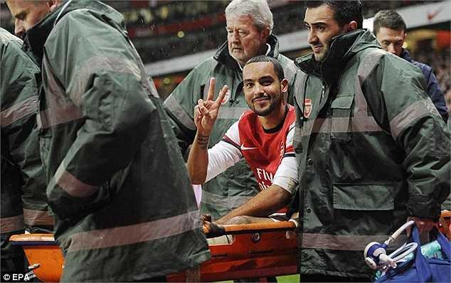 Dù chấn thương nặng, nhưng khi đó Walcott vẫn vui vẻ vì Arsenal đã giành chiến thắng 2-0 trước đại kình địch cùng thành phố